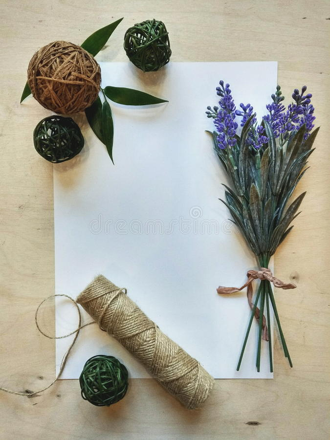Een vrede van document met bloemen en houten doopvont stock afbeelding
