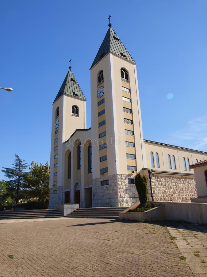 Een vreedzaam landschap in het gebied van Medjugorje, Bosnië-Herzegovina, met de torens van de kerk van St James in royalty-vrije stock afbeeldingen