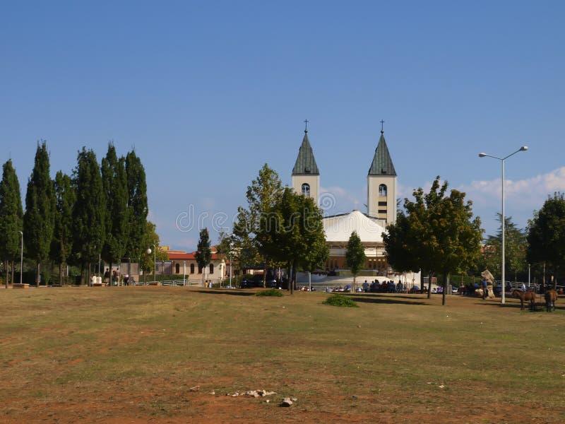 Een vreedzaam landschap in het gebied van Medjugorje, Bosnië-Herzegovina, met de torens van de kerk van St James in royalty-vrije stock foto's