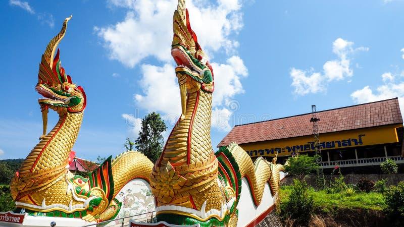 Een vreedzame tempel met tweeling reuzeslangen stock foto's