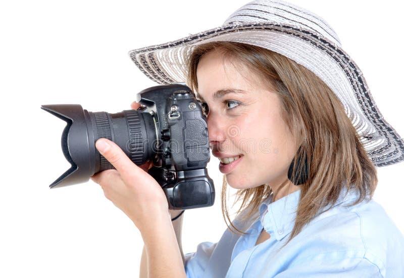 Een vrij jong meisje met een hoed neemt een beeld stock foto