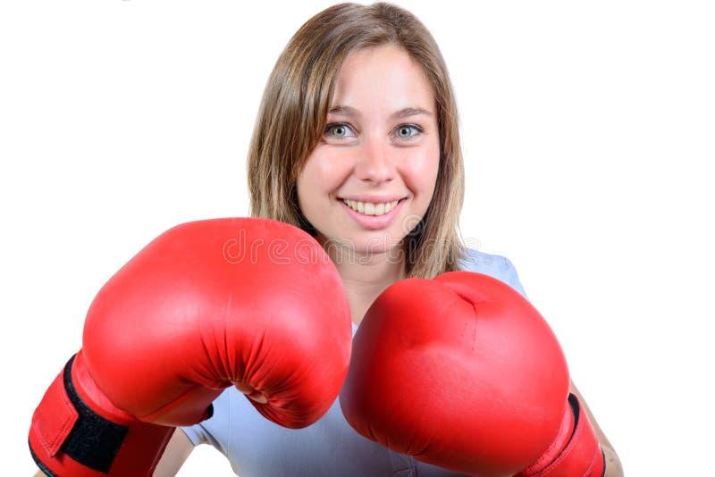 Een vrij jong meisje met rode bokshandschoenen royalty-vrije stock foto's