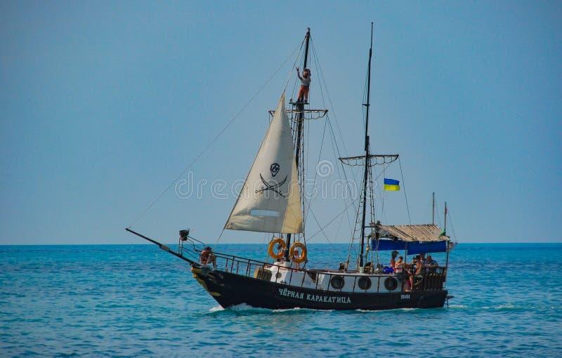 Een vrije tijds varend schip, voor toeristenexcursies, in de Zwarte Zee tegen de blauwe hemel yalta royalty-vrije stock afbeelding