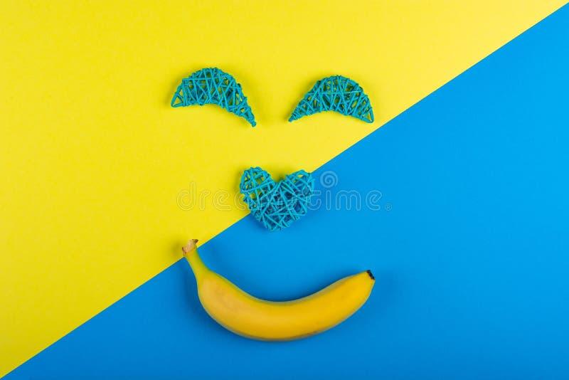 Een vrolijk die gezicht met een glimlach van banaan wordt gemaakt stock afbeeldingen
