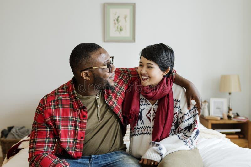 Een vrolijk paar die Kerstmis van vakantie genieten stock foto's