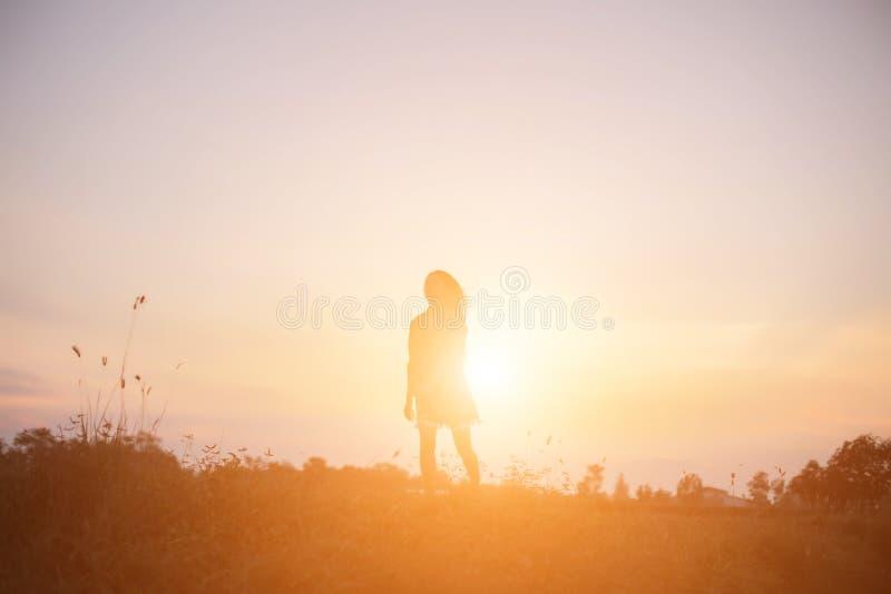 Een vrolijke vrouw loopt bij de zon stock foto