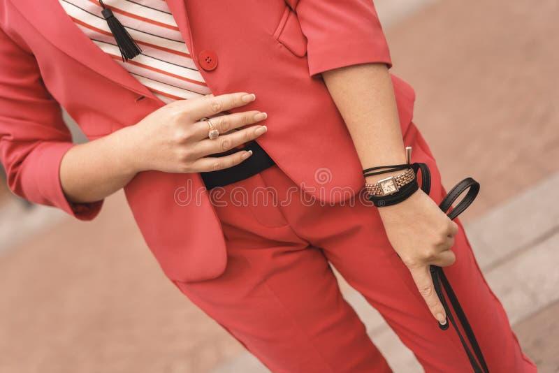 Een vrouw bevindt zich met een zwarte document zak in haar handen Het winkelen concept Ruimte voor tekst op de zak royalty-vrije stock afbeelding