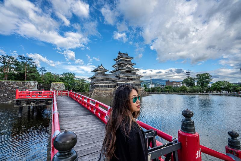 Een vrouw bewondert Matsumoto Castle Nagano Prefecture, Japan royalty-vrije stock afbeeldingen