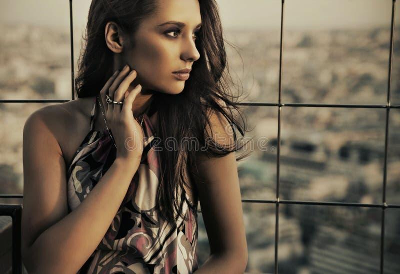 Een vrouw bovenop het gebouw royalty-vrije stock foto's