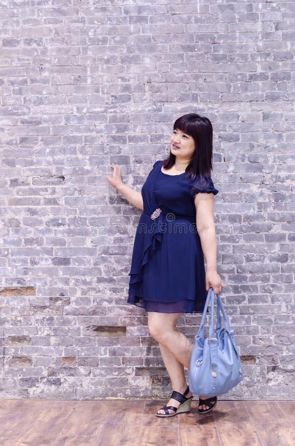Een vrouw in de muur om het pakket te nemen royalty-vrije stock fotografie