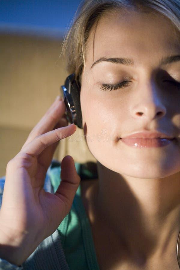 Een vrouw die aan muziek luistert royalty-vrije stock foto's