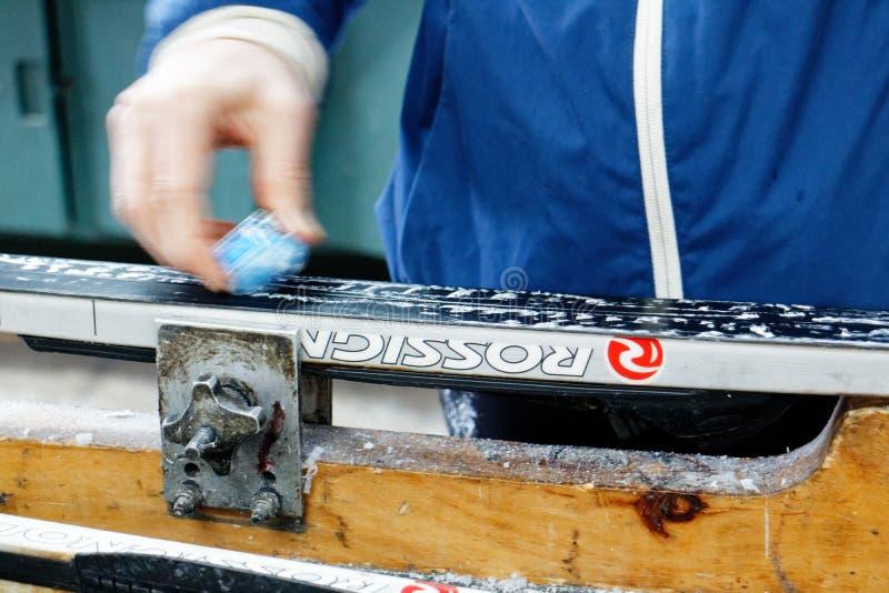 Een vrouw die dwarsland in de was zetten ski?t alvorens uit te gaan het ski?en royalty-vrije stock foto's