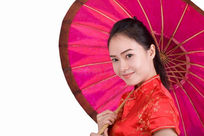 Een vrouw die een Chinese kleding dragen die een paraplu houden stock afbeelding