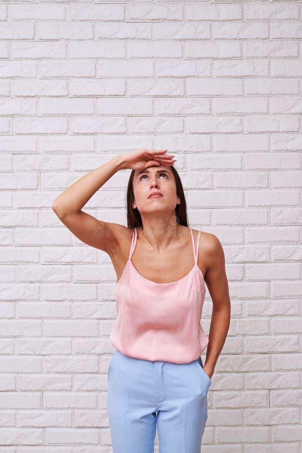 Een vrouw die, hebbend enthousiaste ogen omhoog kijken royalty-vrije stock afbeeldingen
