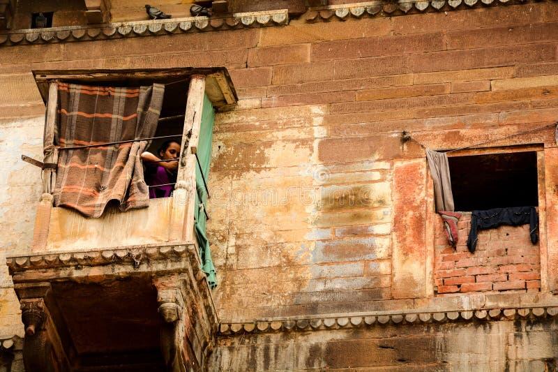 Een vrouw die omhoog wachten royalty-vrije stock afbeeldingen