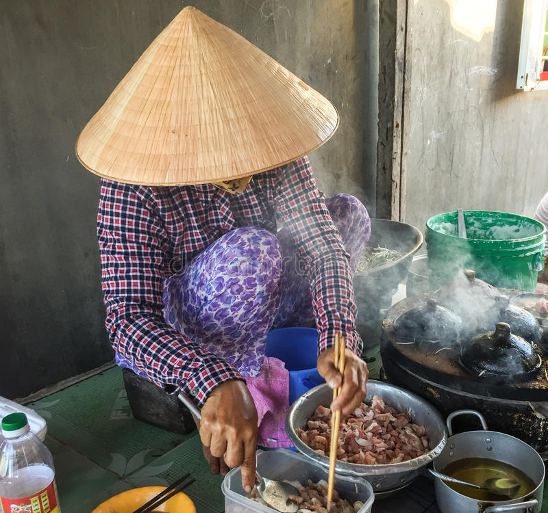 Een vrouw die traditionele cake in Phan koken belde, Vietnam royalty-vrije stock afbeeldingen