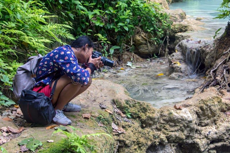 Een vrouw die in tropische aard fotograferen royalty-vrije stock fotografie