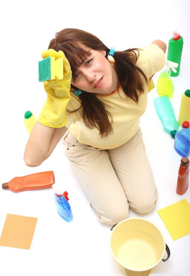 Een vrouw die van het schoonmaken wordt vermoeid royalty-vrije stock afbeelding