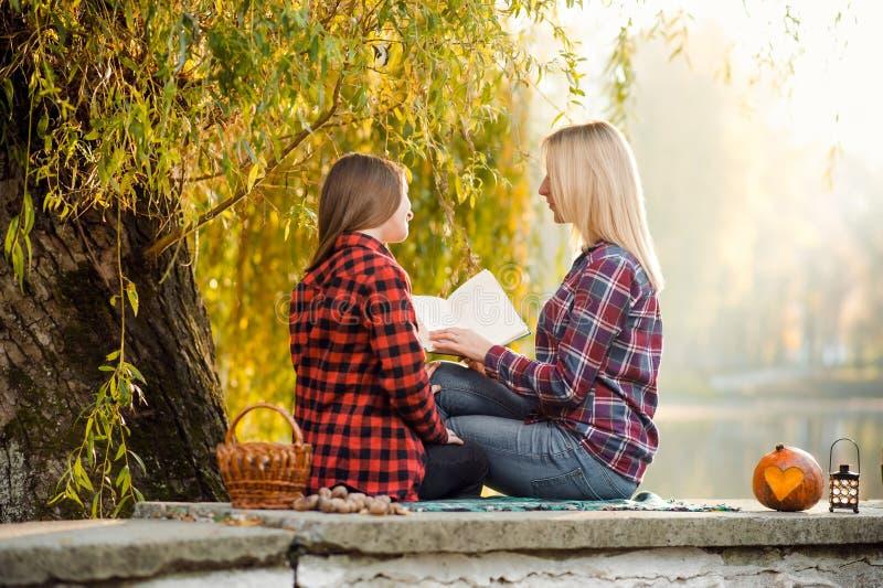 Een vrouw die van een warme dag in park genieten whith haar dochter stock afbeeldingen