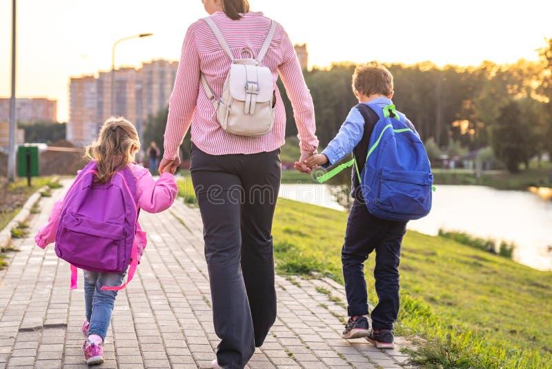 Een vrouw en twee kinderen van de rug stock fotografie