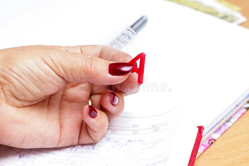 Een vrouw houdt in haar hand plastic brief a Opleiding sessions_ stock afbeelding
