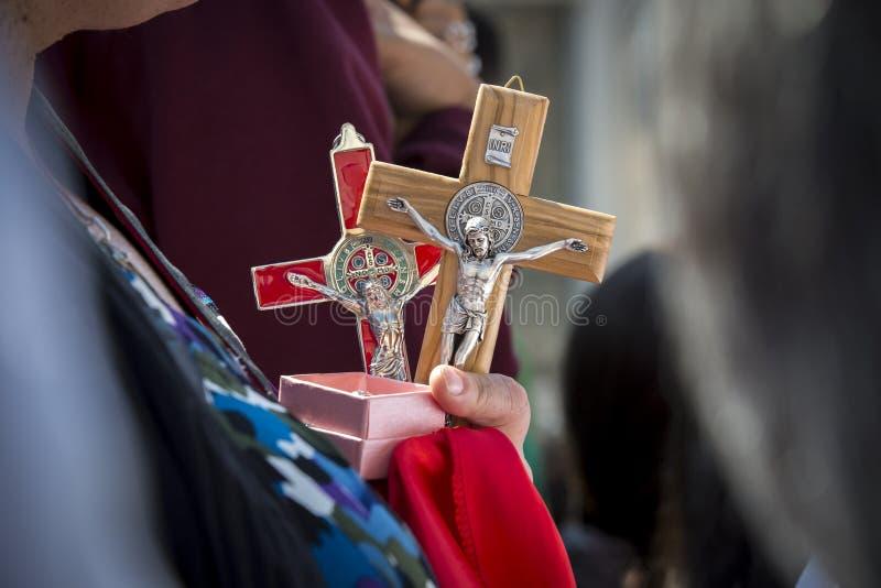 Een vrouw houdt Jesus Christ-kruis royalty-vrije stock afbeeldingen