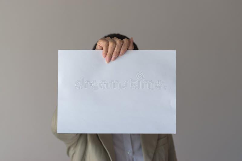 Een vrouw houdt leeg teken vooraan haar gezicht royalty-vrije stock foto's