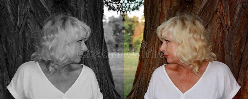 Een vrouw kijkt in de richting van haar zwart-witte gedachtengang, het concept een goed en slecht begin bij de mens stock foto