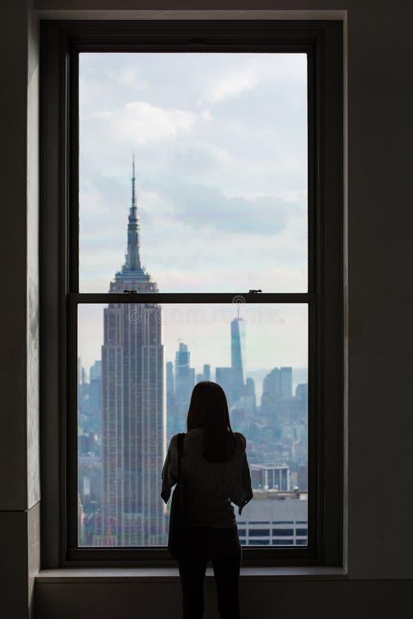 Een Vrouw kijkt uit over Horizon de Van de binnenstad van Manhattan met het Empire State Building, de Stad van New York stock foto's