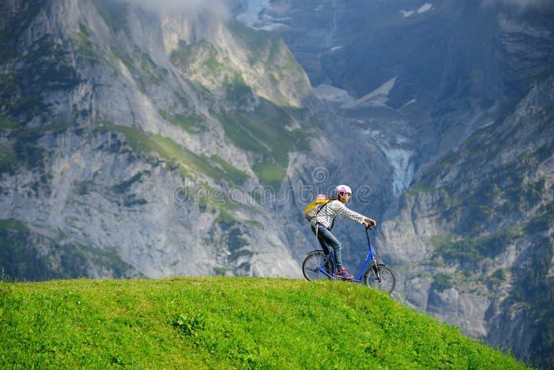 Een vrouw klaar om van heuvel door schopautoped bij Bort-stati te dalen stock foto's