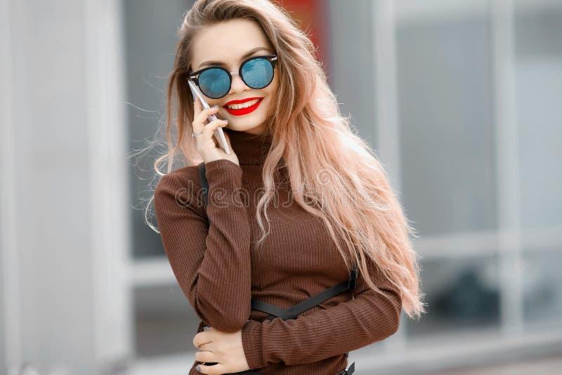 Een vrouw in een kleding op de straat met glazen en een leerriem royalty-vrije stock foto's