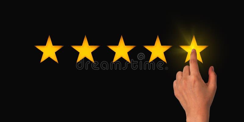 Een vrouw klikt op een sterrenrating, het concept van een positieve beoordeling, recensies en feedback stock afbeeldingen