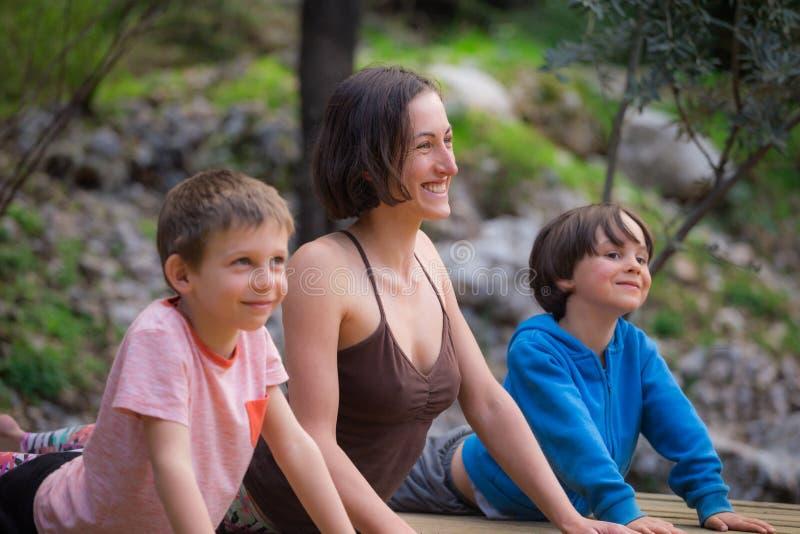 Een vrouw leidt met kinderen in de yard op royalty-vrije stock afbeeldingen