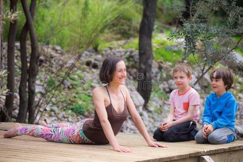Een vrouw leidt met kinderen in de yard op royalty-vrije stock foto