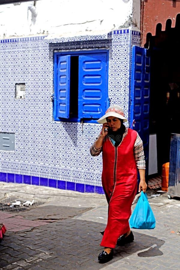Een vrouw loopt in de stegen in Essaouira stock foto