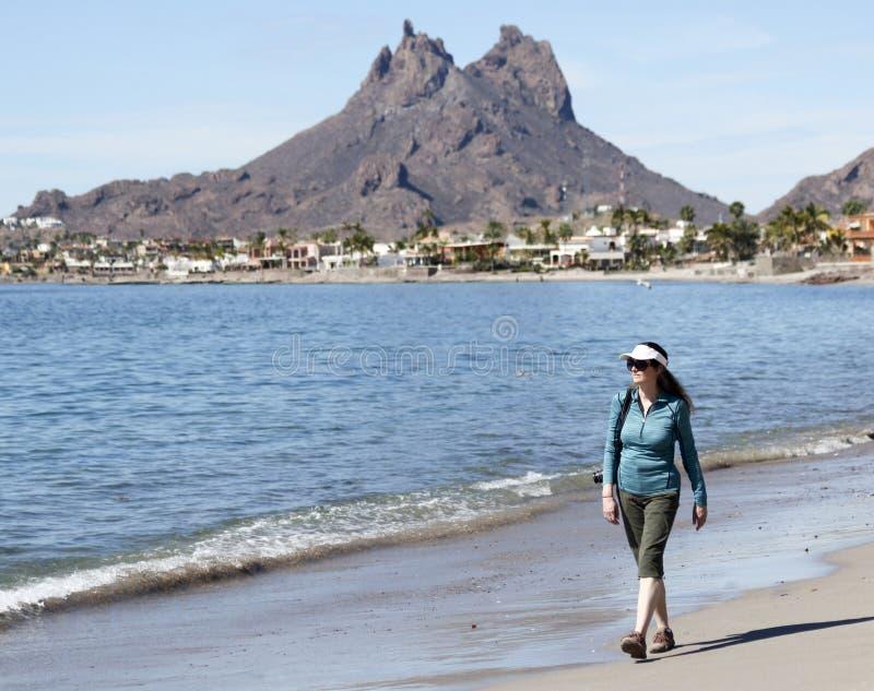 Een Vrouw loopt het Strand, Tetakawi-Berg erachter, San Carlos, M royalty-vrije stock afbeelding