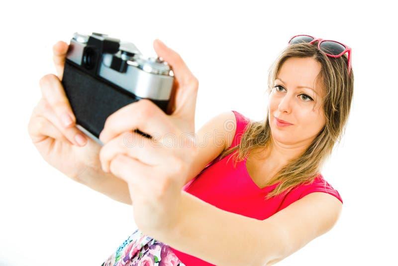 Een vrouw in magenta kleding met uitstekende analoge camera - selfie royalty-vrije stock afbeelding