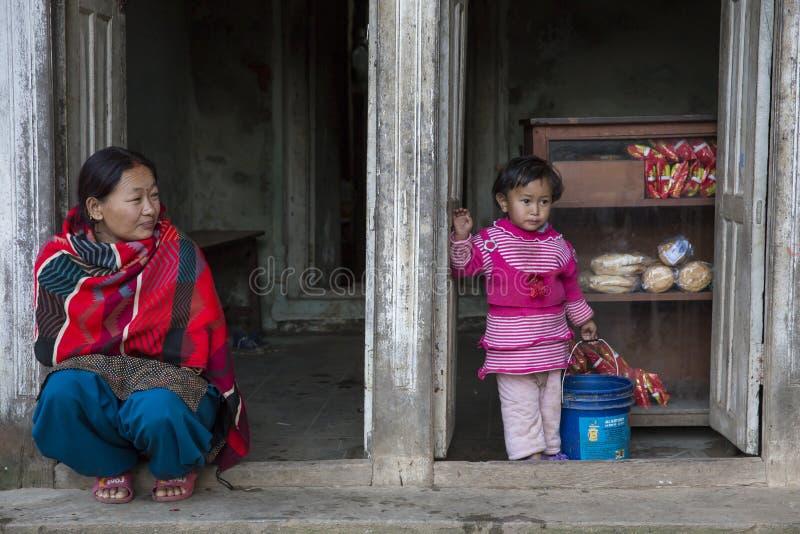 Een vrouw met haar dochter in Panauti, Nepal royalty-vrije stock afbeeldingen