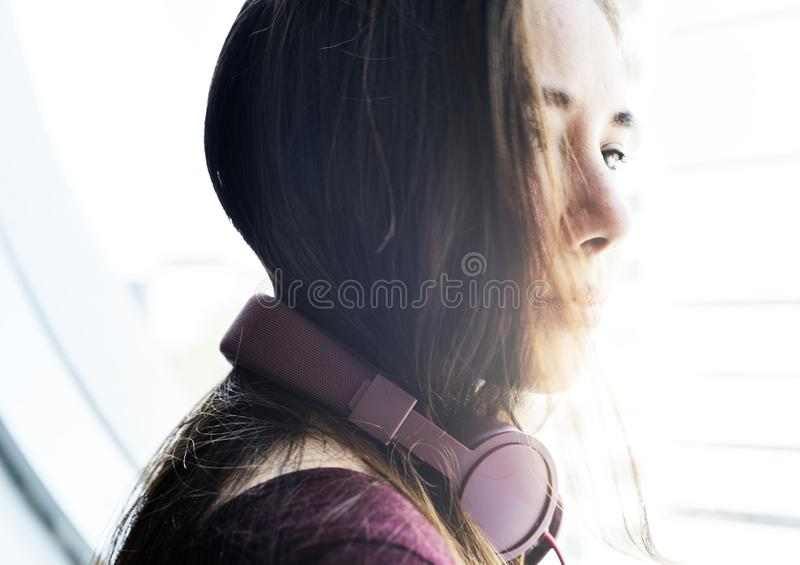 Een vrouw met hoofdtelefoon royalty-vrije stock foto's