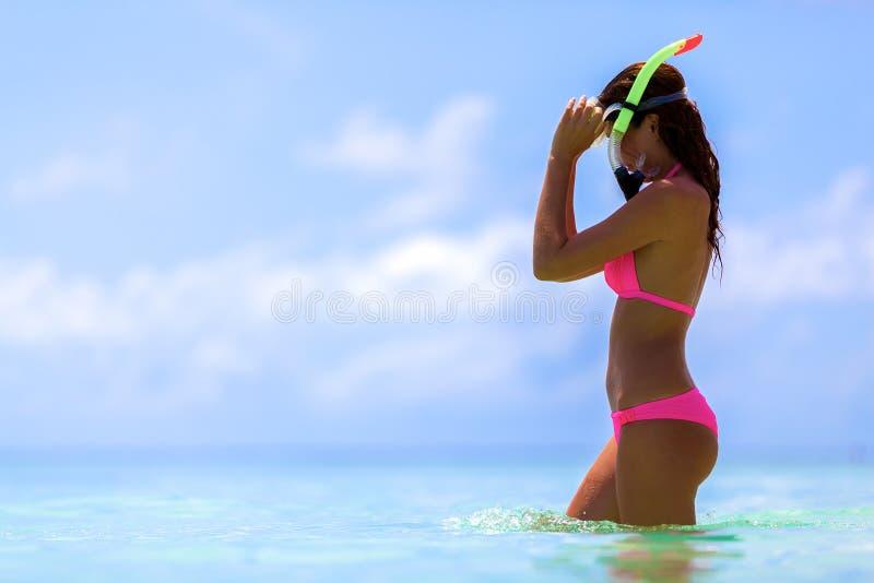 Een vrouw met snorkelt masker royalty-vrije stock afbeeldingen