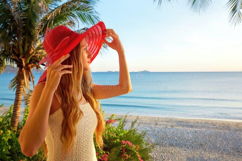 Een vrouw op een balkon die de mooie Caraïbische zonsondergang bekijken stock fotografie