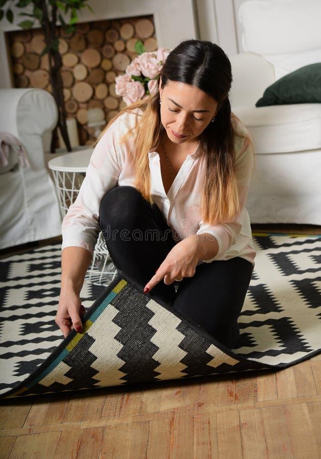 Een vrouw op middelbare leeftijd maakt de ruimte schoon en hief de rand van Th op stock afbeeldingen