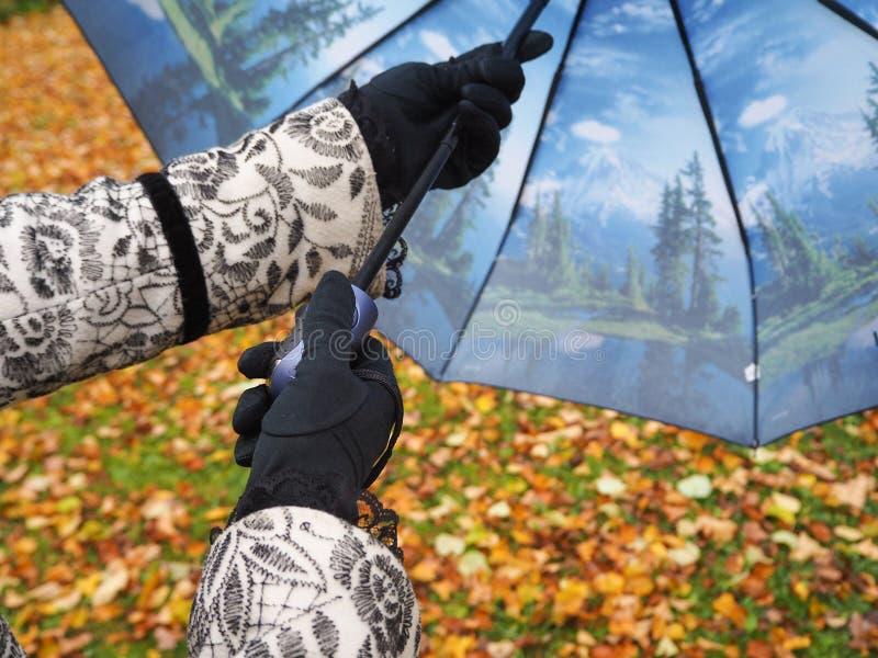 Een vrouw opent een paraplu stock afbeeldingen