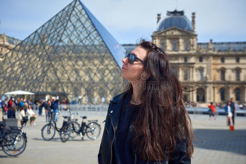 Een vrouw in Parijs, Frankrijk stock foto
