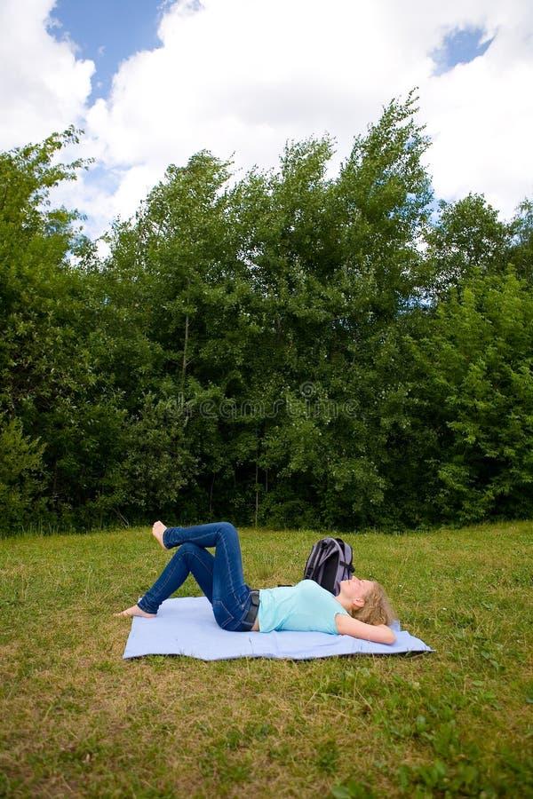 Een vrouw rust ter plaatse stock afbeeldingen