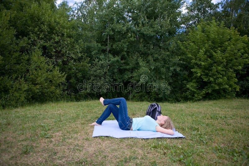 Een vrouw rust ter plaatse royalty-vrije stock afbeeldingen