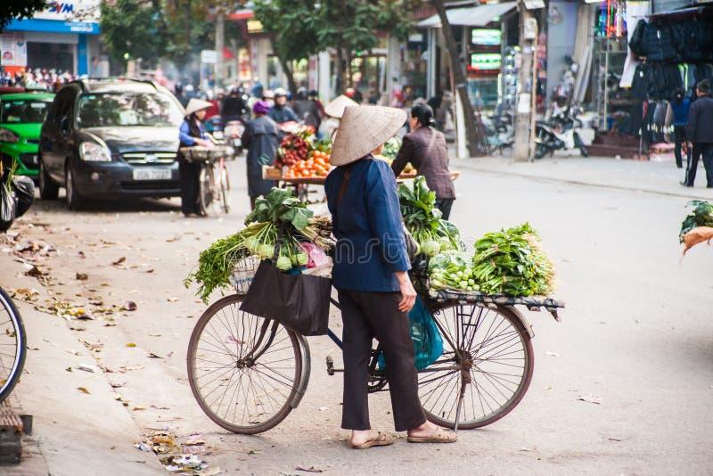 Een vrouw in traditionele kegelhoed stock foto's