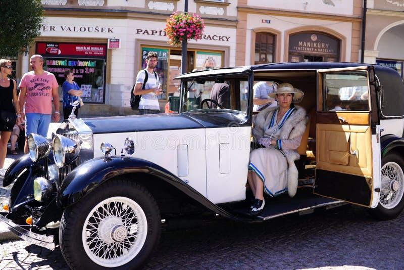Een Vrouw in een Uitstekende Luxebroodjes Royce Car royalty-vrije stock afbeeldingen