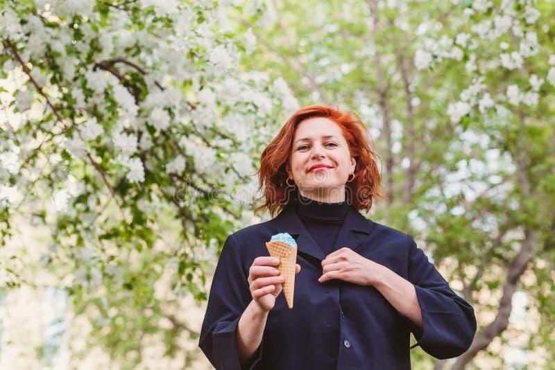 Een vrouw van middenleeftijd en roomijs stock foto