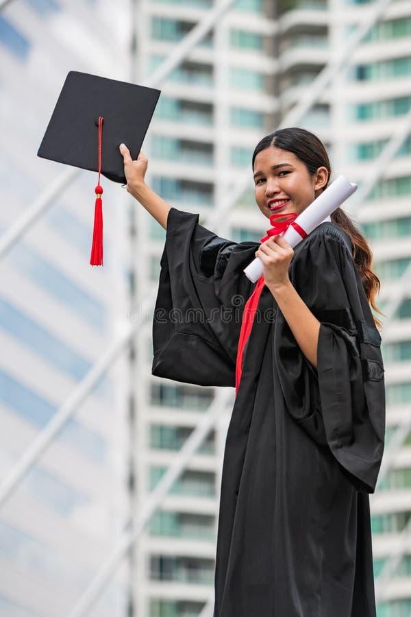 Een vrouwelijke Aziatische student in graduatietoga royalty-vrije stock fotografie